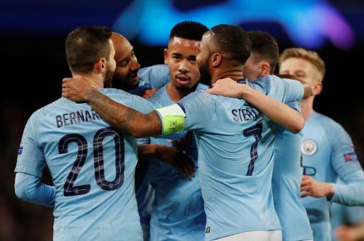 Los jugadores del Manchester City celebran su clasificación para los cuartos de final de la Liga de Campeones tras golear al Schalke 04.