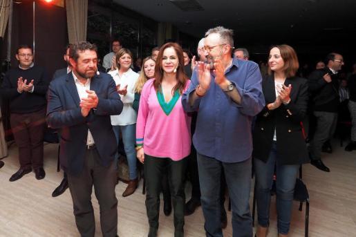 El portavoz de C's en el Congreso, Juan Carlos Girauta (d), y el secretario general del Grupo Parlamentario, Miguel Gutiérrez (i) acompañan a la candidata Silvia Clemente (c) en el cierre de campaña para las primarias del partido a la Presidencia de la Junta de Castilla y León.
