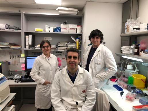 Margalida Rosselló Tortella y Pere Llinàs Arias, junto a Manel Esteller, en el centro, director de la investigación.