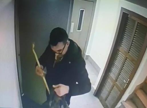 Imagen del hombre detenido mientras intentaba acceder a un trastero. Imágenes cedidas por la Policía.