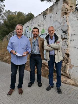 El Jaume Tomàs, el secretario municipal de Llucmajor y el alcalde Gori Estarellas junto al solar donde se ubicará el nuevo centro de Salud.