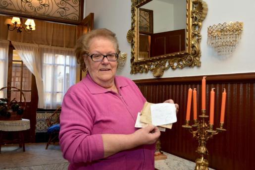 Luisa, una vecina de Villarramiel, un pequeño pueblo de la Tierra de Campos palentina, muestra el sobre con 50 euros y una nota que algún desconocido ha dejado en su casa, un hecho que ha dejado perplejos a los habitantes de la localidad.