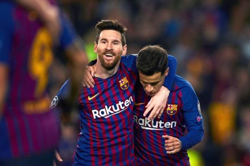 El delantero brasileño del FC Barcelona Philippe Coutinho (d) celebra con su compañero Lionel Messi el segundo gol de su equipo ante el Olympique de Lyon.