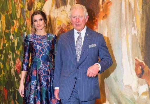 """La reina Letizia (i) y el príncipe Carlos de Inglaterra inauguraron la exposición """"Sorolla, maestro español de la luz""""."""