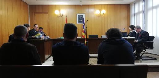 Los dos acusados y el absuelto (en el centro), en una sala de lo Penal de los juzgados de Vía Alemania de Palma.
