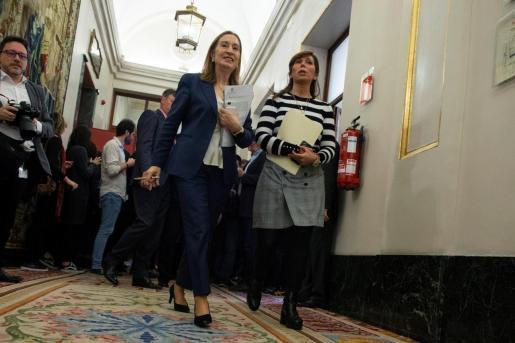 La presidenta del Congreso de los Diputados Ana Pastor, y la diputada popular Alicia Sánchez-Camacho, a su salida de la reunión de la mesa de la diputación permanente, este jueves en Madrid.