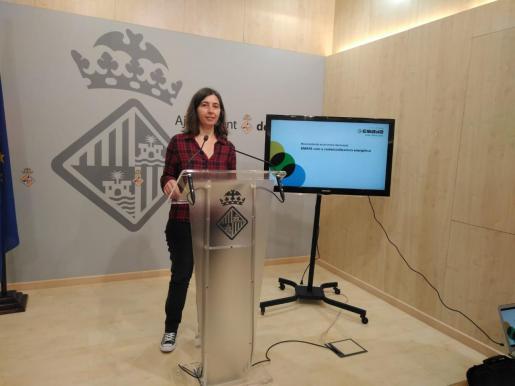 La regidora Neus Truyol ha presentado en rueda de prensa la nueva comercializadora pública de energía renovable.