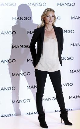 Kate Moss ha posado menos de un minuto antes las cámaras, y no ha dicho ni una sola palabra.