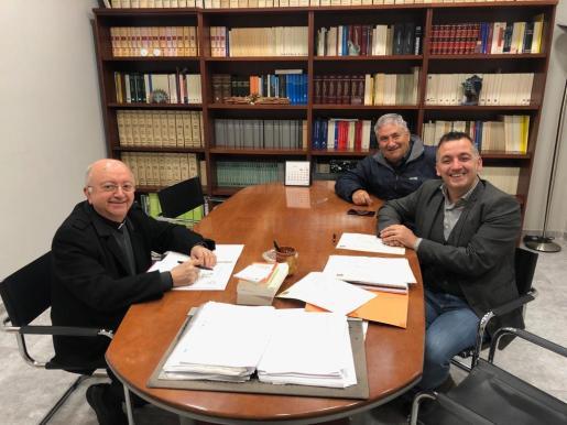 Antoni Burguera, Joan Carles Verd y Miquel Fiol durante la reunión entre el Ayuntamiento de Sencelles y el Obispado de Mallorca.