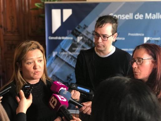 La consellera de Territorio e Infraestructuras del Consell de Mallorca, Mercedes Garrido, atendiendo a los medios.