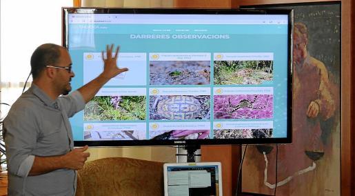 Samuel Pinya explica los contenidos de Biobal durante la presentación en la UIB de la plataforma web, que tendrá usos científicos, sociales, turísticos, educativos y de gestión.