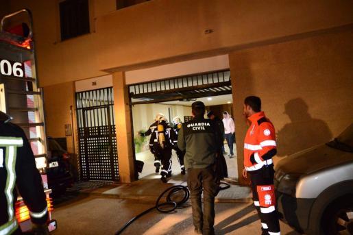 Los servicios de emergencia actuando en el edificio que sufrió un incendio.