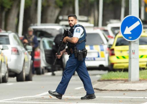 Un policía armado monta guardia después de que al menos 40 personas murieran este viernes en un tiroteo en dos mezquitas en la ciudad de Christchurch, Nueva Zelanda.