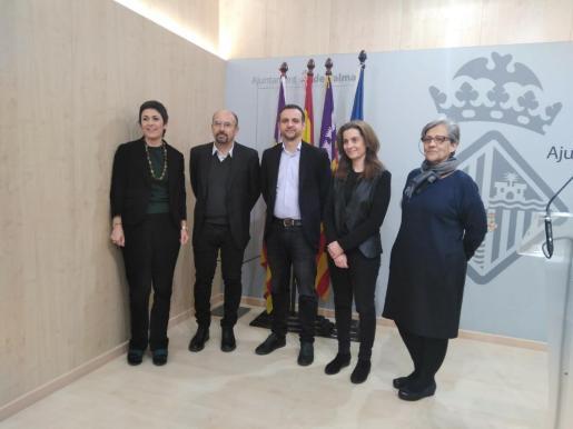 De izquierda a derecha: Francisca Niell, coordinadora general de Cultura; Fernando Vegas; el concejal Llorenç Carrió; Camilla Mileto, y Magdalena Rosselló, conservadora del castillo.