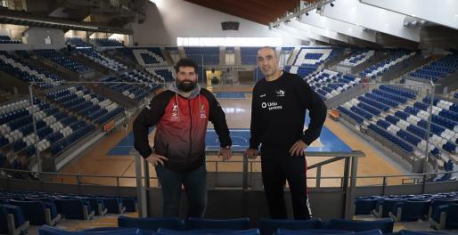 Marcos Dreyer y Jaume Febrer posan en el Palau d'Esports de Son Moix.
