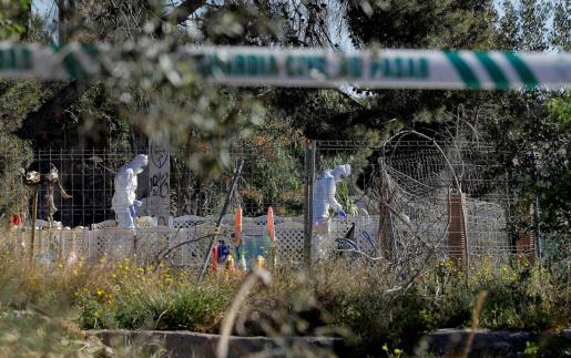Agentes de la Policía Científica de la Guardia Civil trabajan este viernes en el lugar de la muerte en Godella (Valencia) de dos menores.