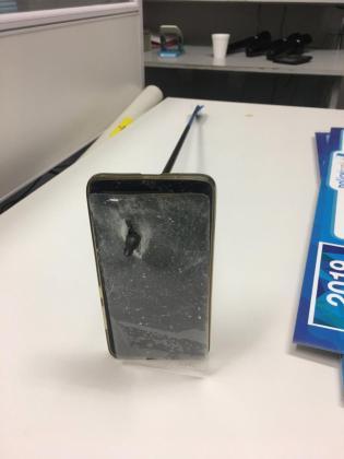 Imagen del móvil atravesado por la flecha.