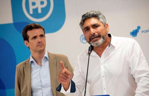 Pablo Casado acompañado por Juan José Cortés, padre de Mariluz.