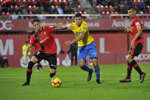 Antonio Raíllo y Rafa Mir pelean por el control del balón ante la mirada de Xisco Campos durante el partido de la primera vuelta, disputado en el estadio de Son Moix