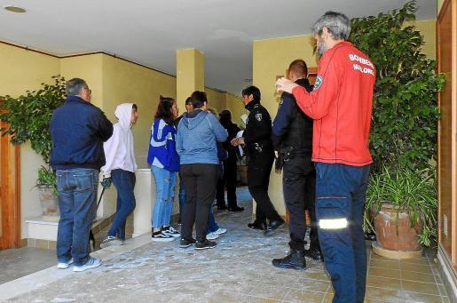 Los policías locales, este viernes, informando a unos vecinos de que podían regresar a sus casas.