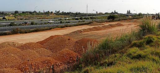 La parcela que ha provocado el conflicto entre los particulares y Salut linda con la autopista.