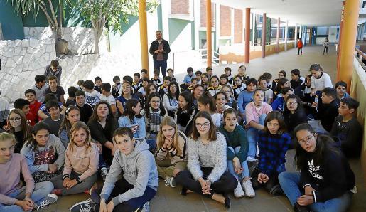 Los alumnos se sexto de Primaria durante el acto inaugural del mural.