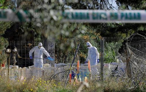 Agentes de la Policía Científica de la Guardia Civil trabajan en el lugar de la muerte en Godella (Valencia) de dos menores.