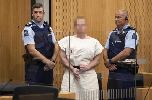 Brenton Tarrant (en el centro con la cara pixelada) hace un signo vinculado a los supremacistas durante su comparecencia ante el juez tras los atentados de Nueva Zelanda.