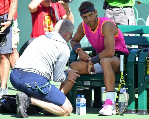 Rafael Nadal es atendido por el médico durante el partido disputado ante Kachanov.
