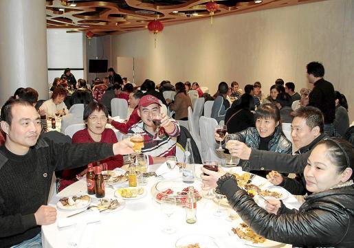 Algunos de los asistentes brindaron por el Año Nuevo.