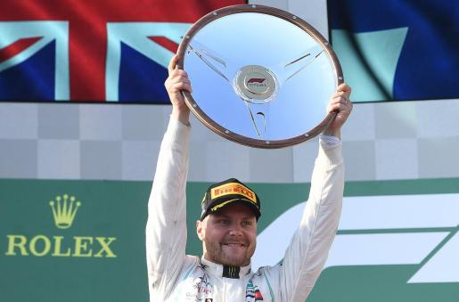 Valterri Bottas muestra el trofeo tras imponerse en la primera carrera de la temporada en el Gran Premio de Australia.