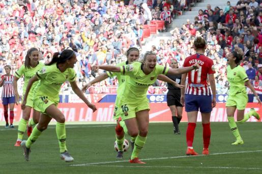 Las jugadoras del Barcelona festejan el gol de la inglesa Tonni Duggan (c) contra el Atlético de Madrid, durante el partido de la Liga Iberdrola disputado en el estadio Wanda Metropolitano en Madrid.