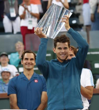 Dominic Thiem alza el trofeo de campeón del Masters 1.000 de Indian Wells ante Roger Federer.