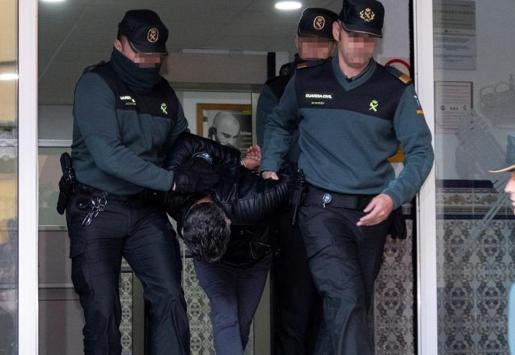 Imagen del autor confeso de la muerte de la joven zamorana Laura Luelmo abandonando las dependencias de la Guardia Civil.