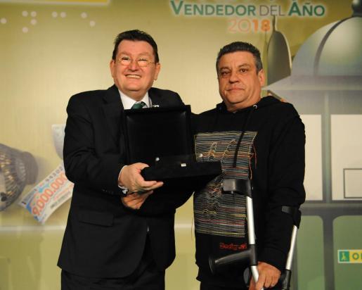 El vendedor de la ONCE José Romera, en el momento de recibir el premio.