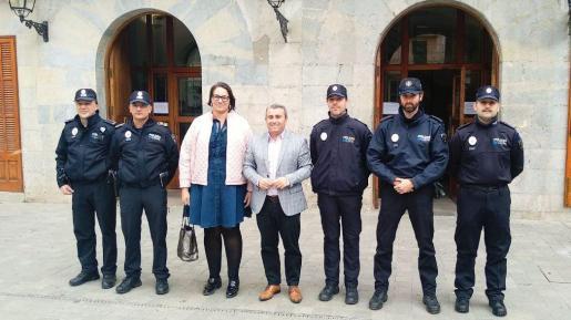 Virgilio Moreno; la concejala de Policía Local, Antonia Triguero y el jefe de la Policía Local, Pep Cañete con los nuevos agentes.