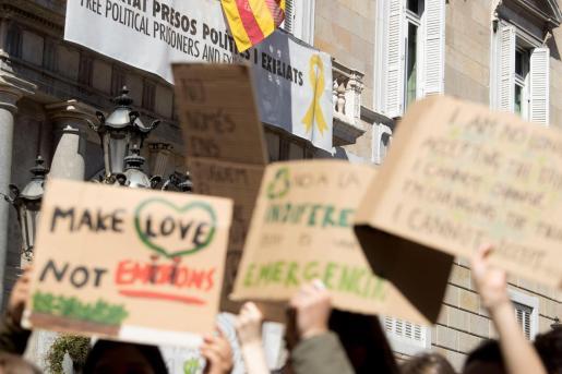 Vista de la fachada del Palau de la Generalitat donde luce una pancarta pidiendo la libertad de los políticos independentistas presos y un lazo amarillo.