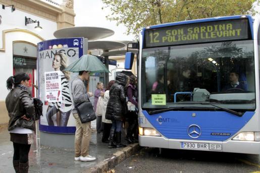 Imagen de archivo de un autobús de EMT en servicios mínimos, un día de huelga.