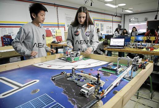 Dos de los alumnos, explicando el funcionamiento del robot.