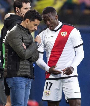 El técnico del Rayo Vallecano, Miguel Ángel Sánchez 'Michel' y el defensa peruano del equipo vallecano, Luis Advincula, durante el encuentro frente al Villarreal.