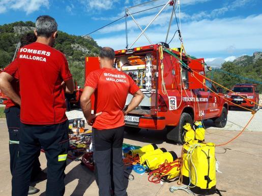 Tres bomberos de Mallorca, en 2018, junto a un vehículo recién adquirido.