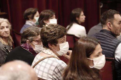Enfermos de fibrosis quística, durante el pleno del Parlament.