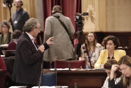 Martí March durante su intervención en el Parlament balear.