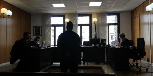El acusado, escuchando la sentencia, en los juzgados de Vía Alemania.