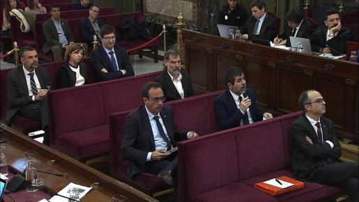 Los acusados durante la declaración del agente que debía llevar a Josep Maria Jové, mano derecha de Oriol Junqueras, a la Conselleria de Economía para practicar un registro.