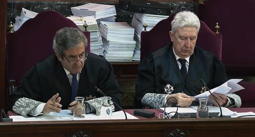 El fiscal Javier Zaragoza (i), junto al fiscal Fidel Cadena, durante la declaración del agente que debía llevar a Josep Maria Jové, mano derecha de Oriol Junqueras, a la Conselleria de Economía.