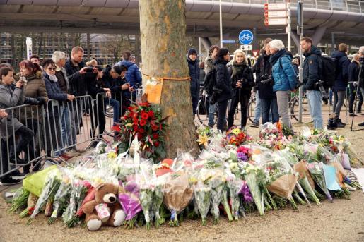 Flores depositadas en memoria de las víctimas del tiroteo ocurrido ayer en la ciudada holandesa de Utrecht, en el que fallecieron tres personas y otras cinco resultaron heridas.