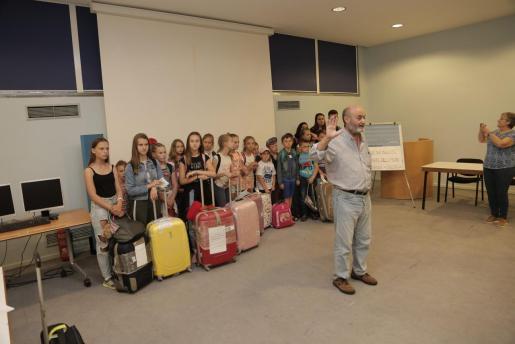 Fotografía de los niños que visitaron Mallorca el pasado verano, a su llegada al aeropuerto de Son Sant Joan.