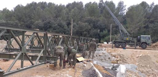 El operativo ha llevado a cabo este miércoles las labores para desmontar el puente militar colocado en Artà.