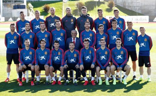 Juan José Hidalgo posa con los integrantes de la selección española de fútbol.